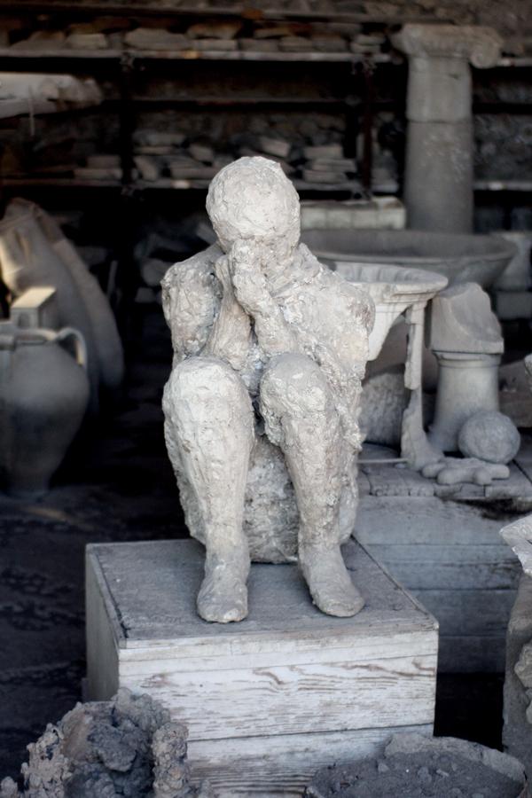 Abguss eines Zeitzeugen, der in zusammengekauerter Stellung von dem damaligen Vulkanausbruch in Pompeji überrascht wurde
