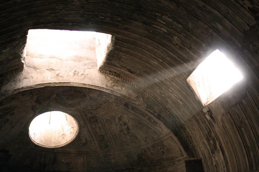 Sonne fällt durch die öffnung der antiken Therme in Pompeji