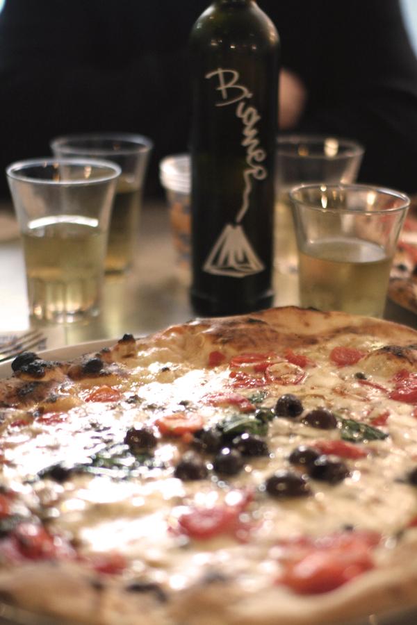Pizza Napoli in Nahaufnahme