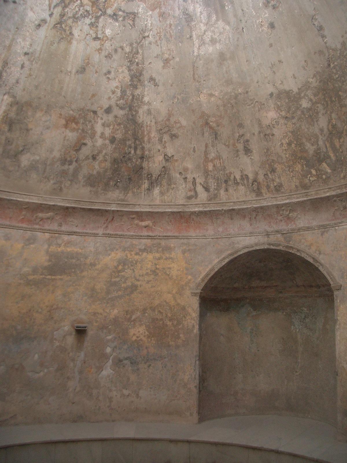 Innenraum mit Kuppel der antike Therme in Pompeji.