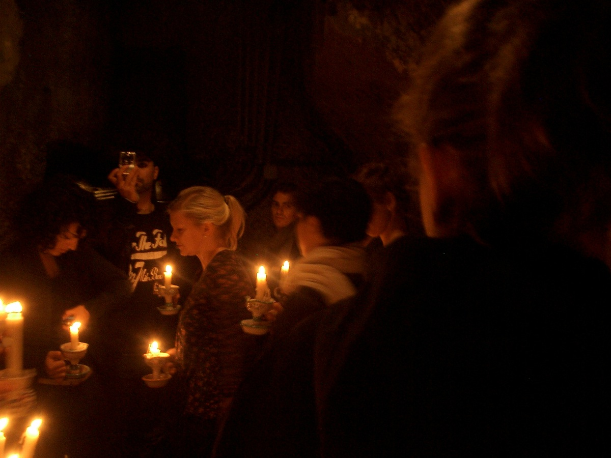 Studenten ausgestattet mit Kerzen in Neapels Unterwelt