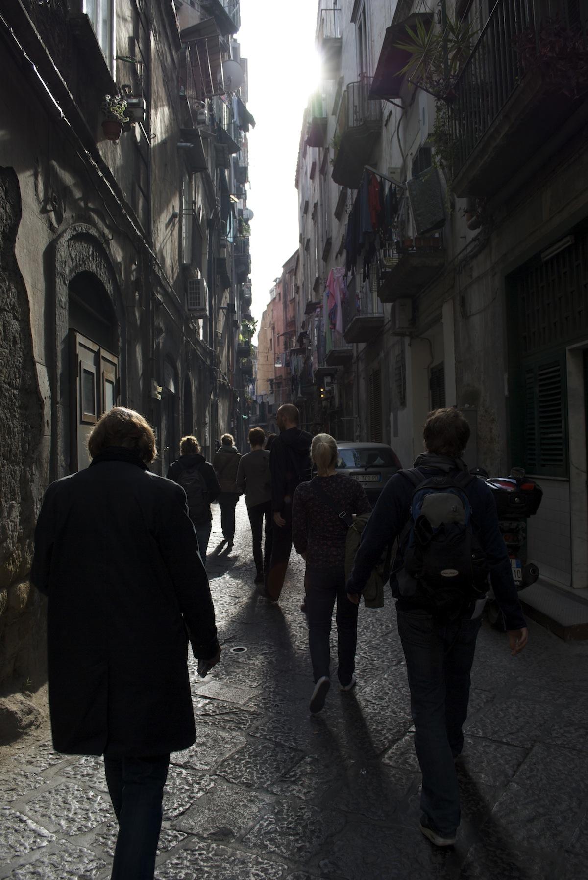 Die Gruppe zeiht weiter durch die Straßen von Neapel