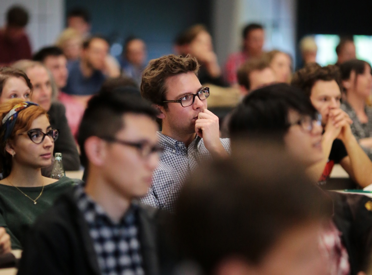 Photographie durch die Reihen der konzentriert zuhörenden Studenten der AKoeln
