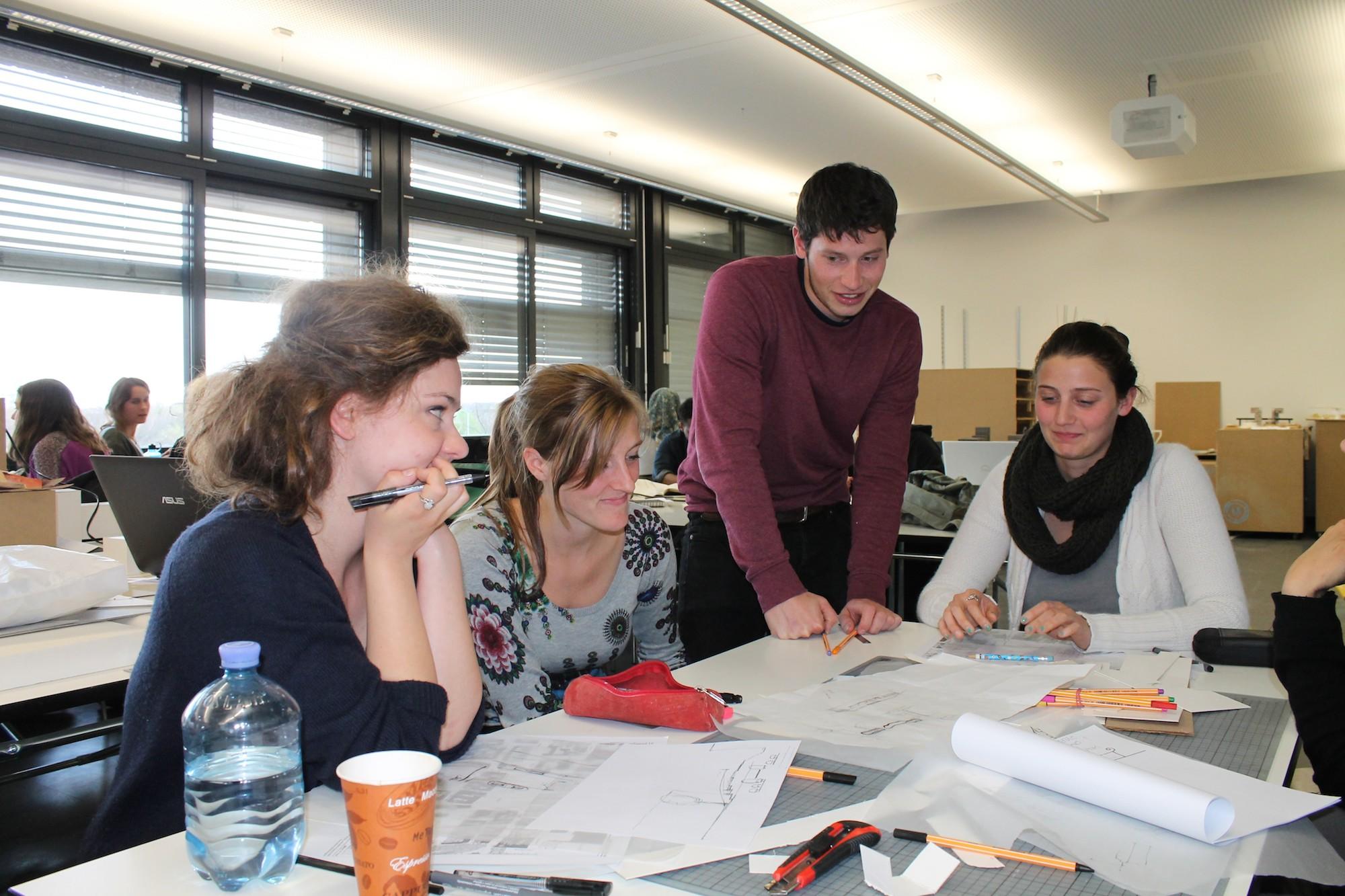 Studierende diskutieren über Pläne
