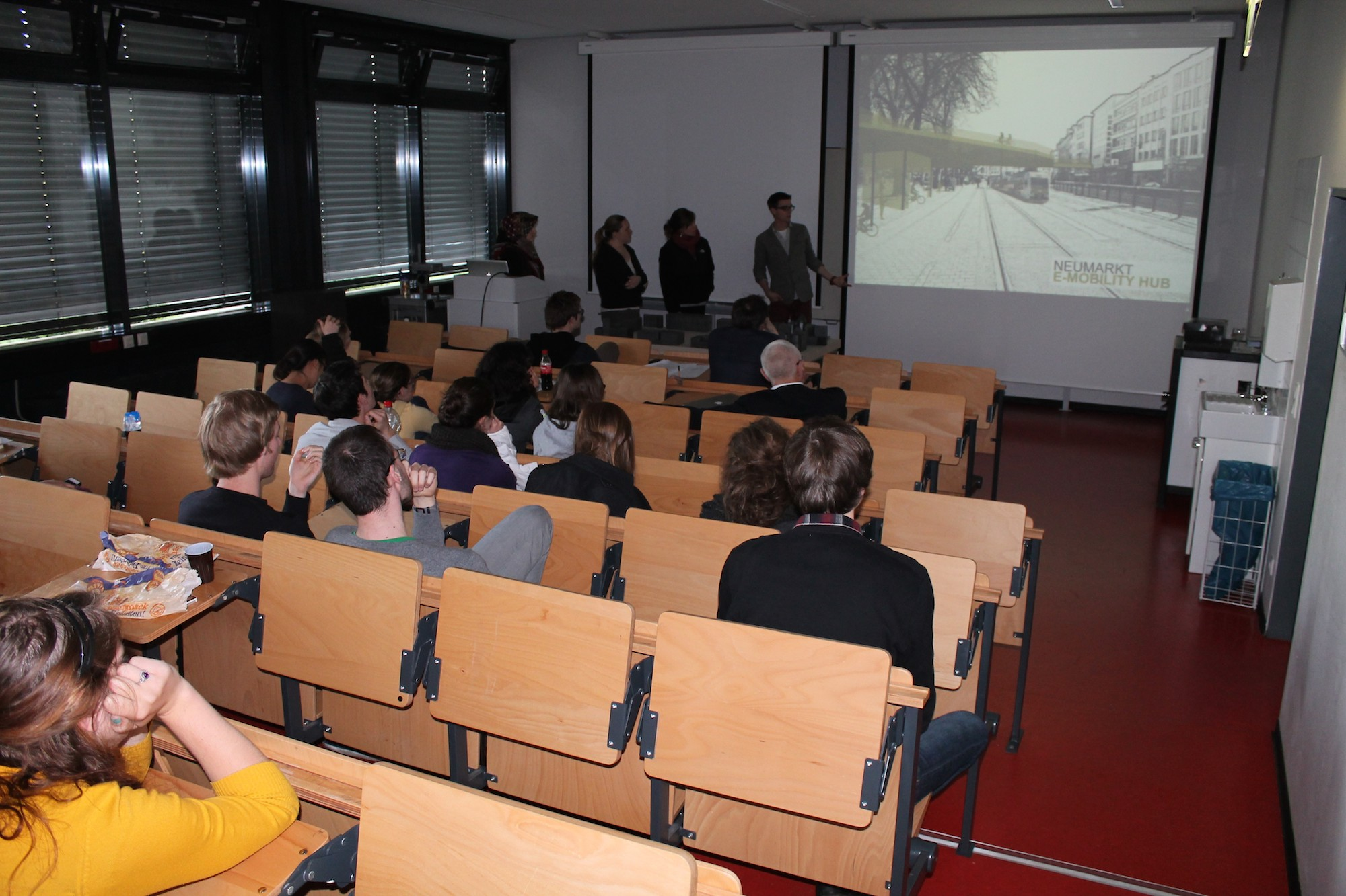 Student hält einen Vortrag in einem Hörsaal