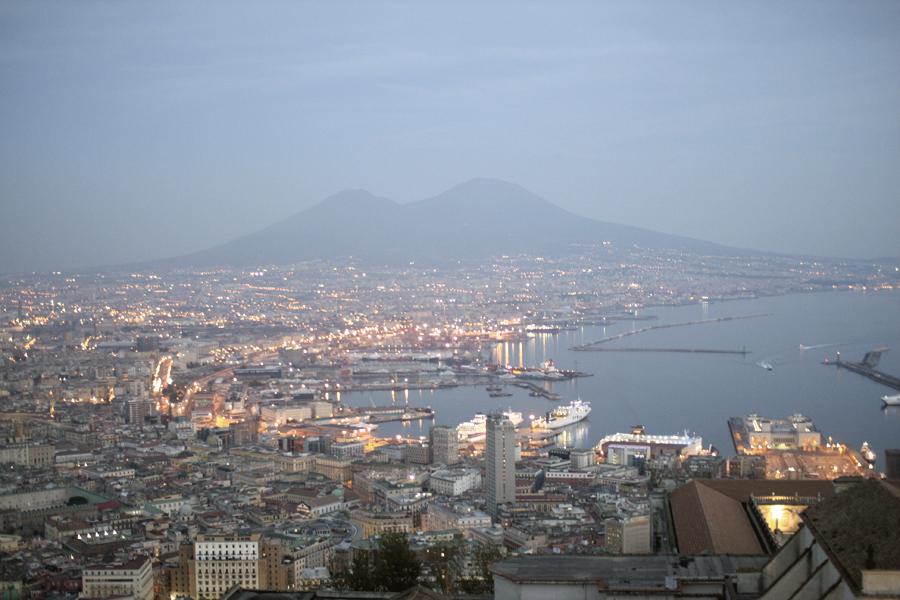 Blick über die Stadt Neapel bei Sonnenuntergang