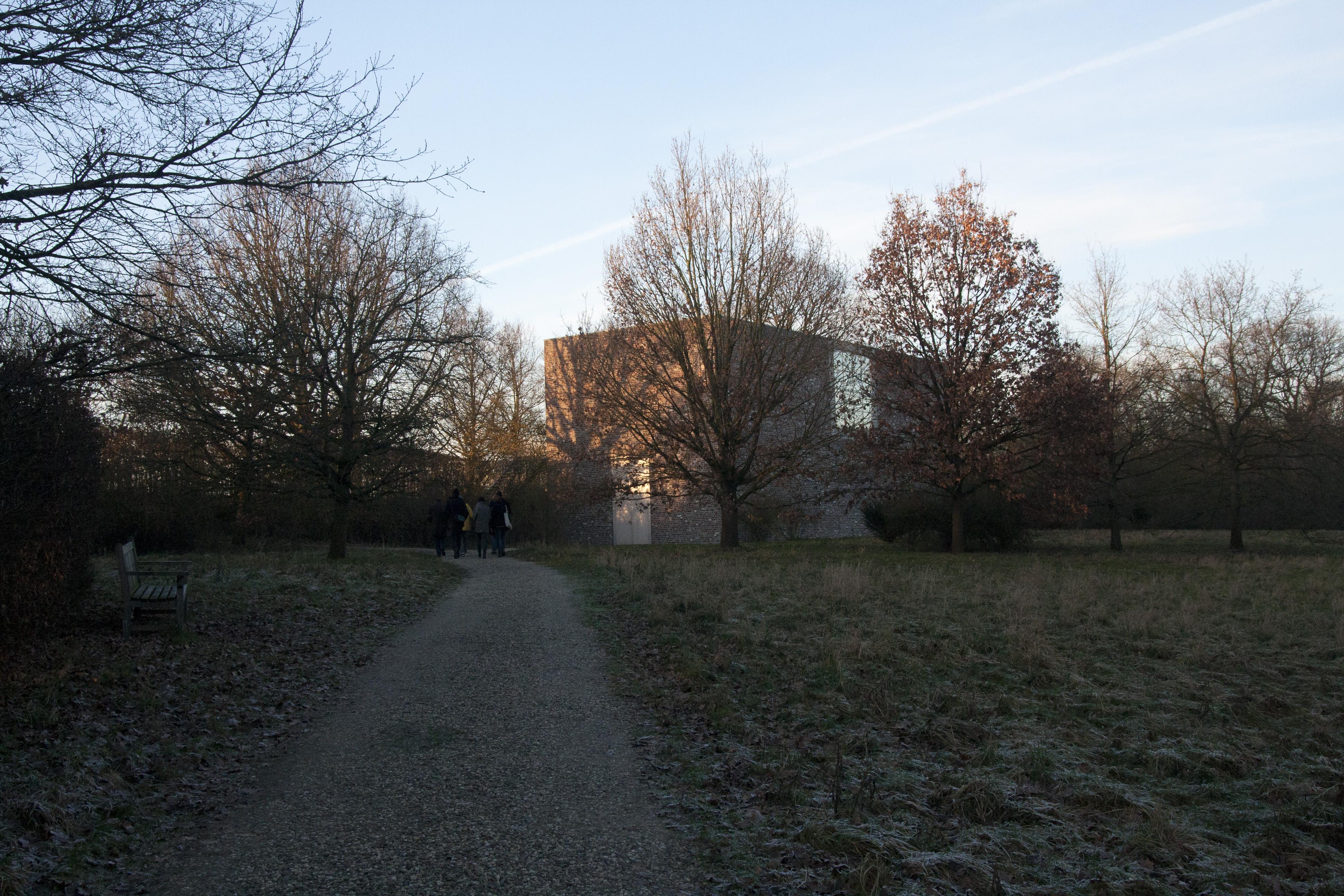 verschneite WIese vor dem offenen Kloster Heerichs