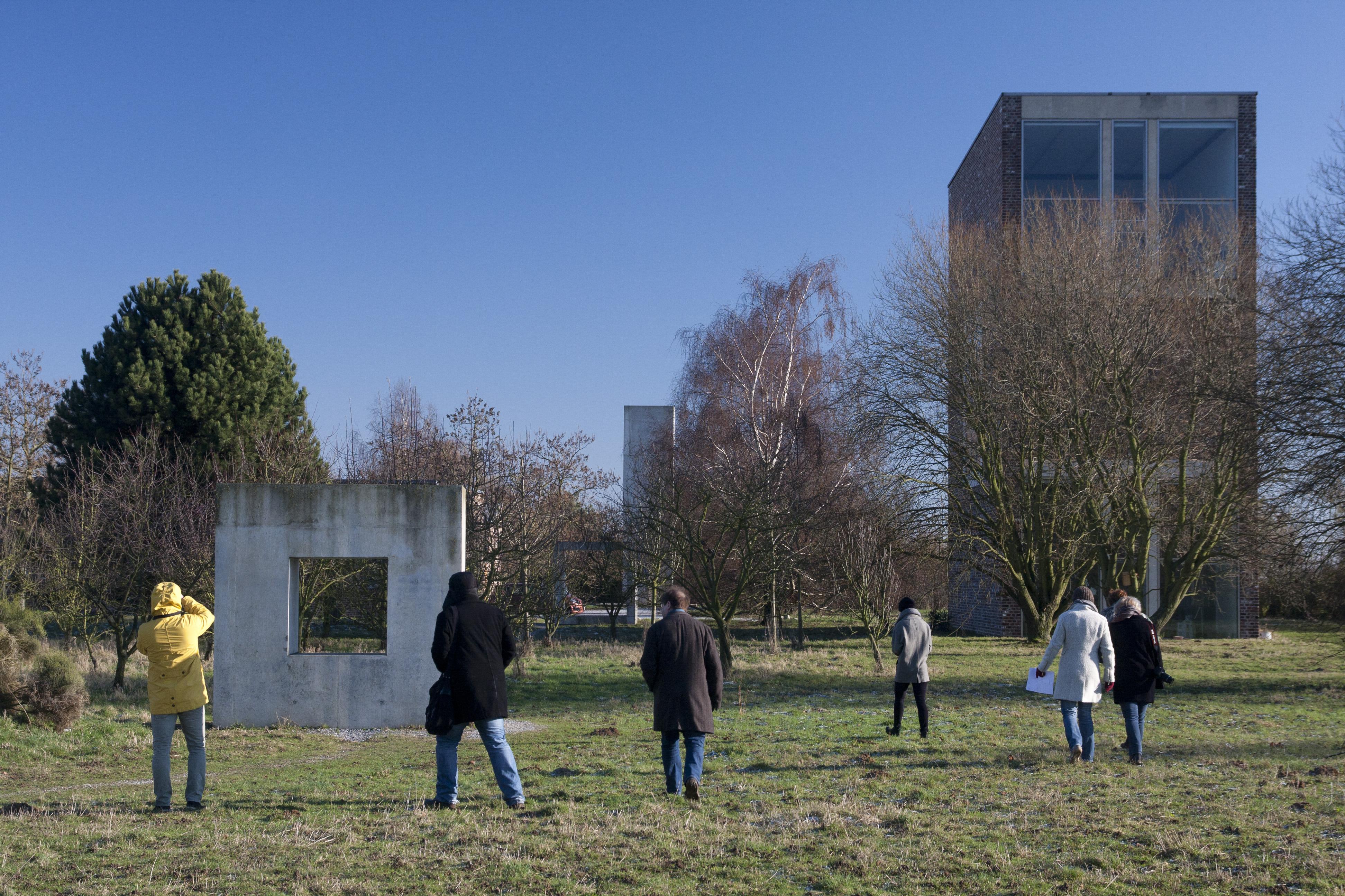Studenten spazieren über eien Wiese auf dem Gelände der Raketenstation Hombroich
