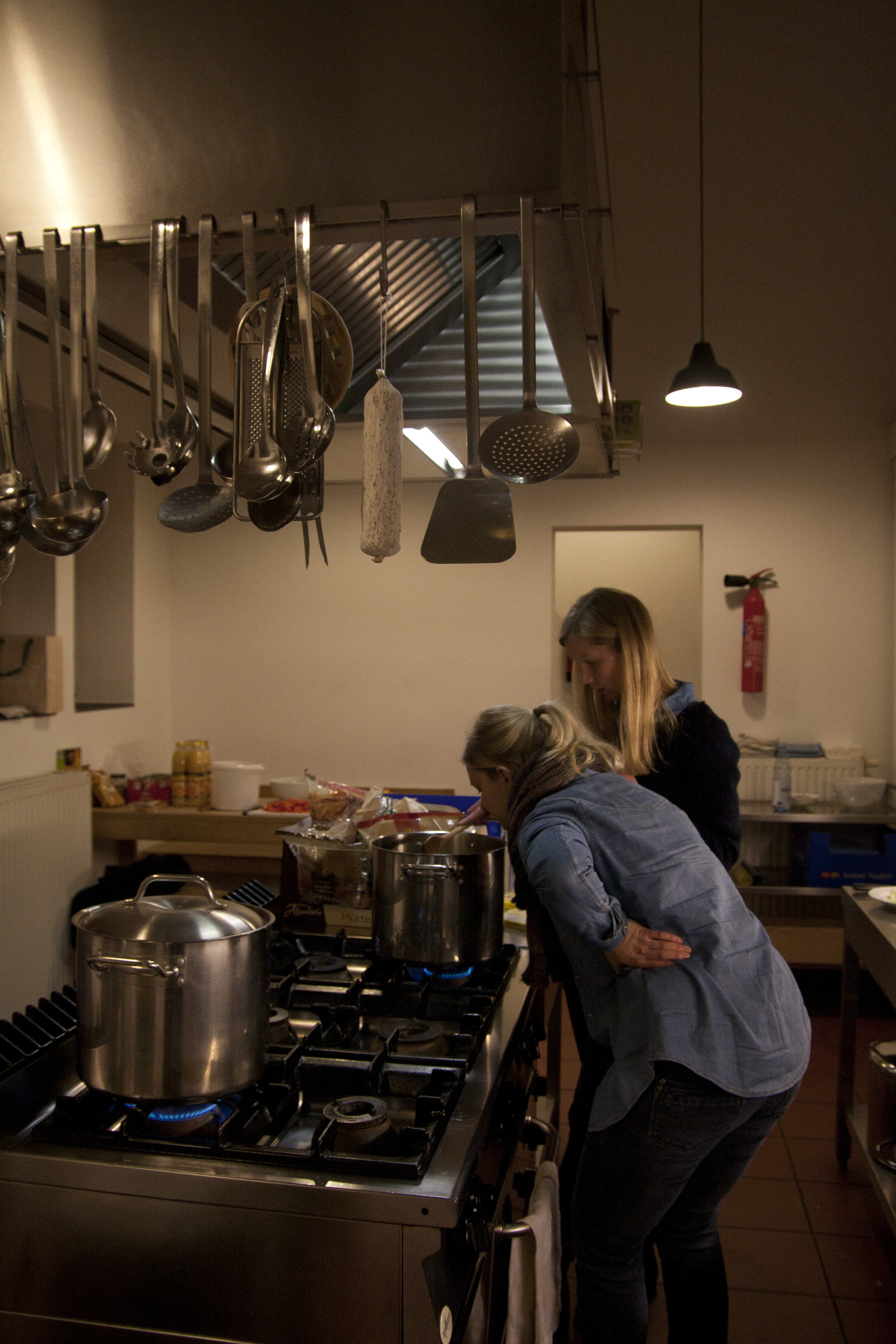 Zwei Studentinnen kochen in der großen Küche des offenen Klosters von Erwin Heerich