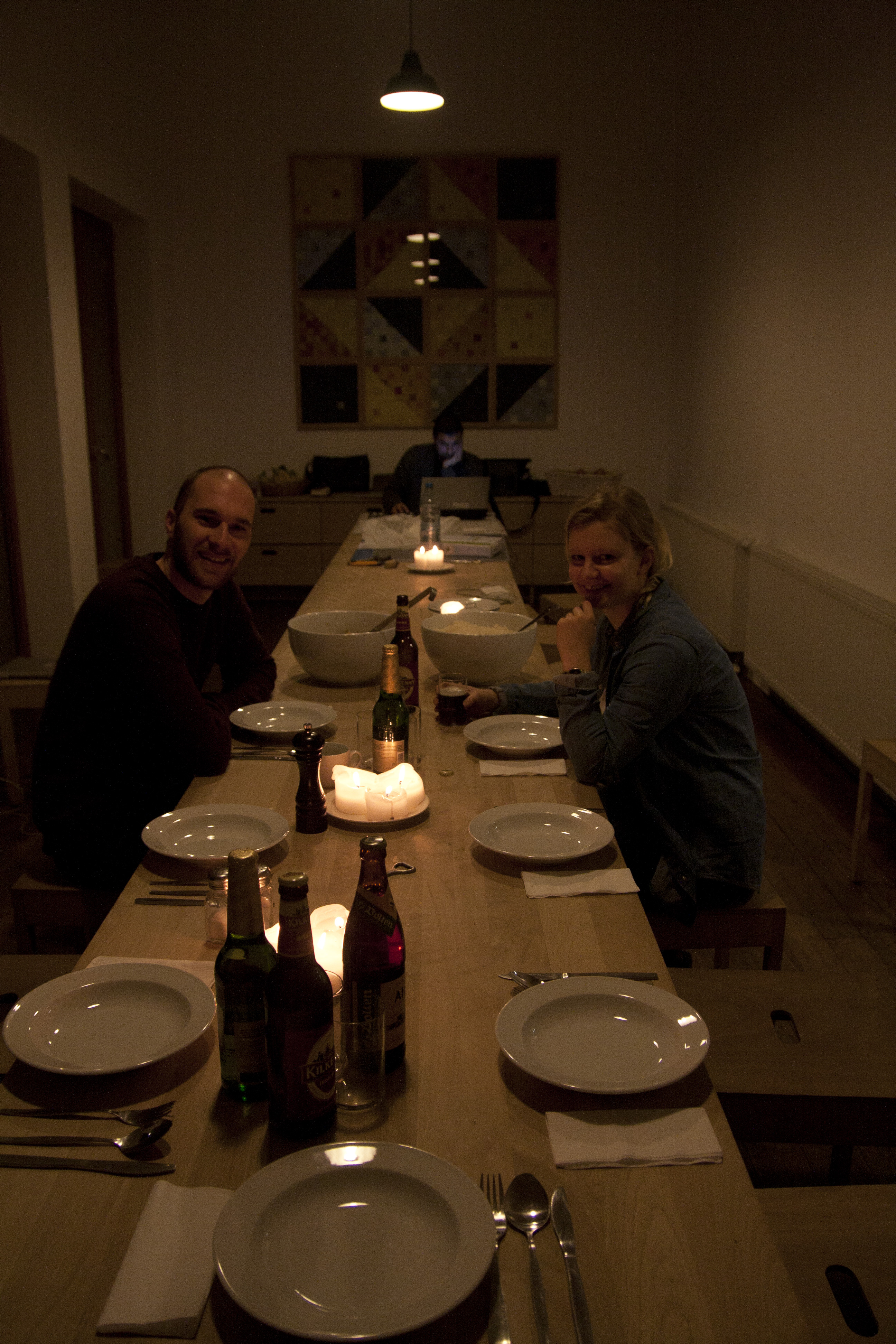 Studenten warten am großen Esstisch des offenen Klosters von Erwin Heerich auf das bevorstehende Abendessen.