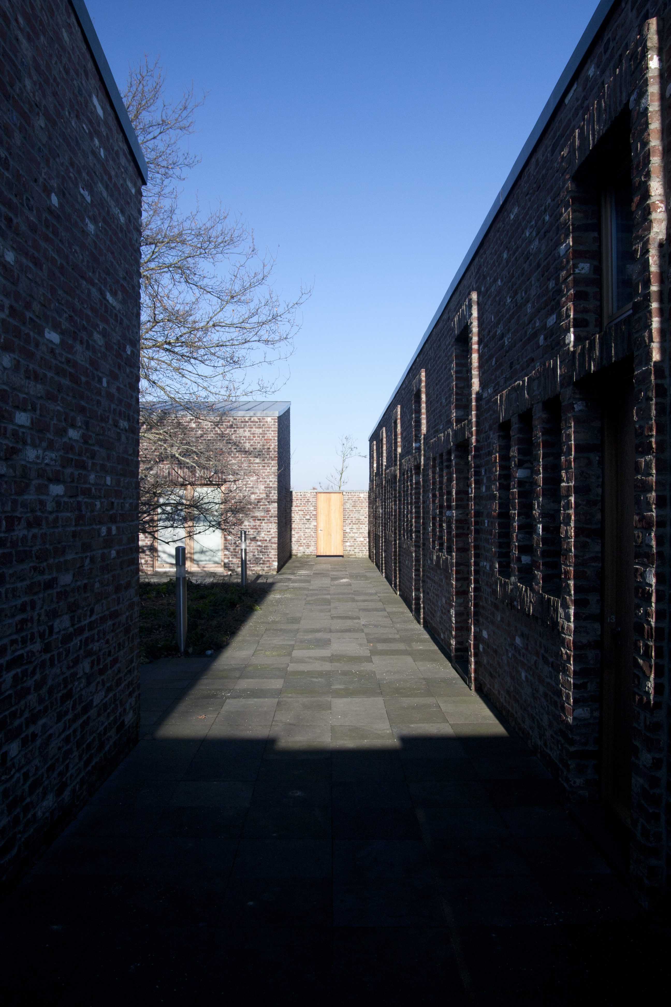 Blick durch den Innenhof des offenen Klosters von Erwin Heerich