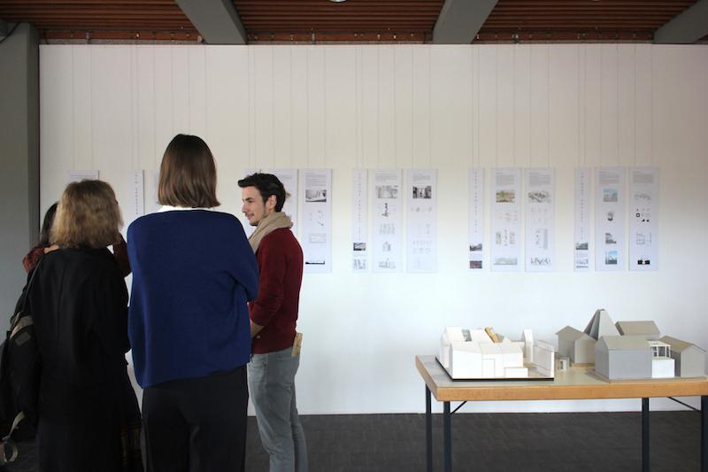 Studierende betrachten die Ausstellung der Arbeiten und diskutieren