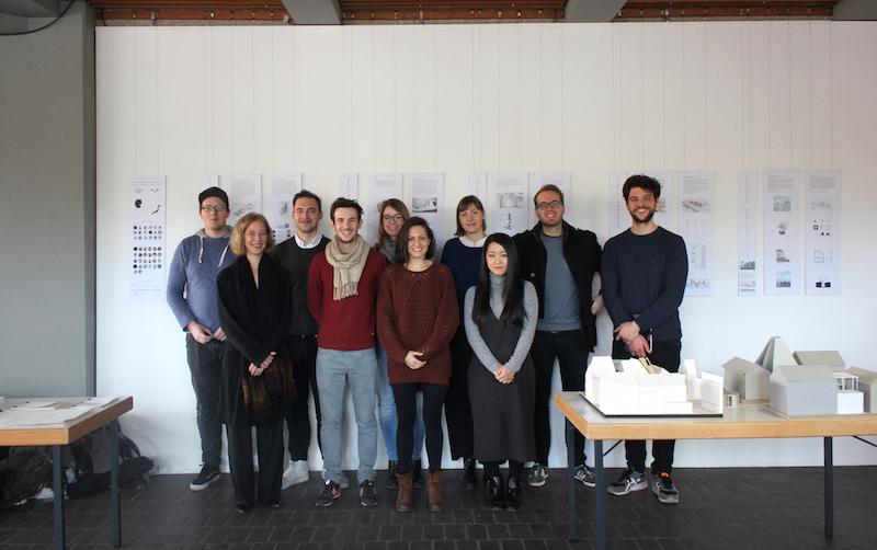 Studierende der TH Köln und eine Austauschstudentin aus Kyoto mit Prof. i.V. Susanne Kohte vor den Plänen der Ausstellung