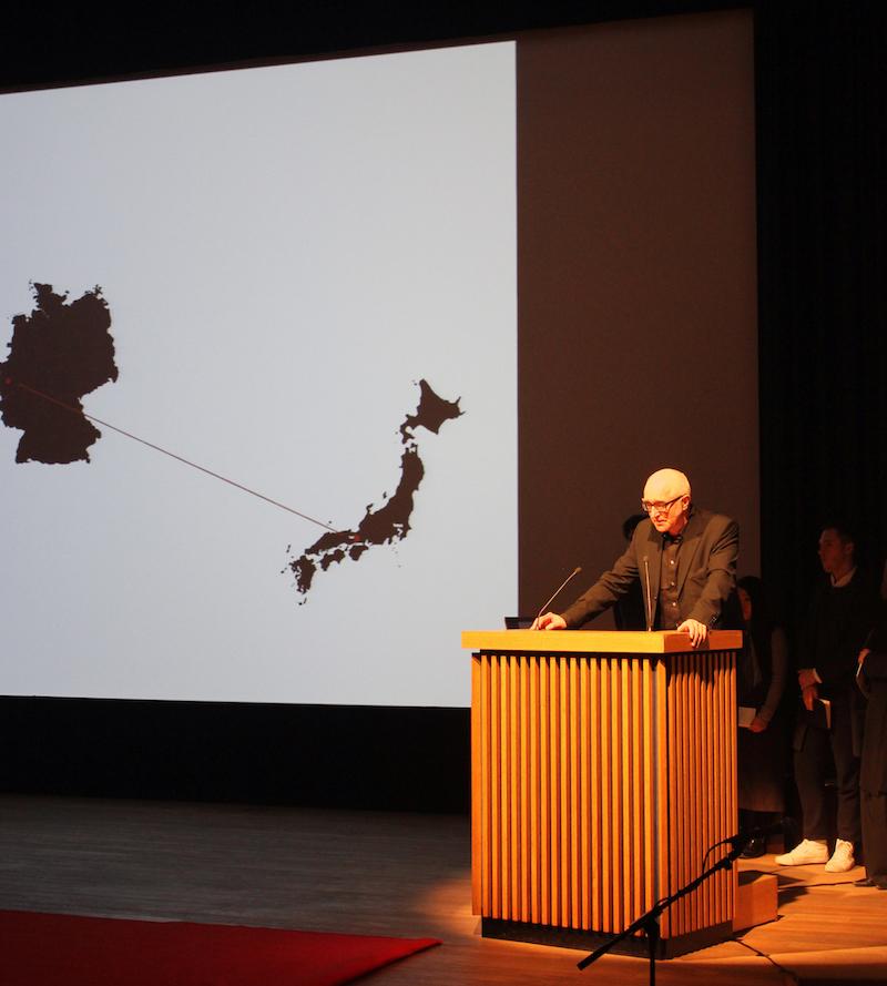 Professor Jochen Siegemund am Podium des Saals des Japanischen Kulturinstituts