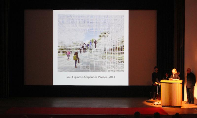 Professorin in Vetretung Susanne Kohte am Podium des Saals im Japanischen Kulturinstitut