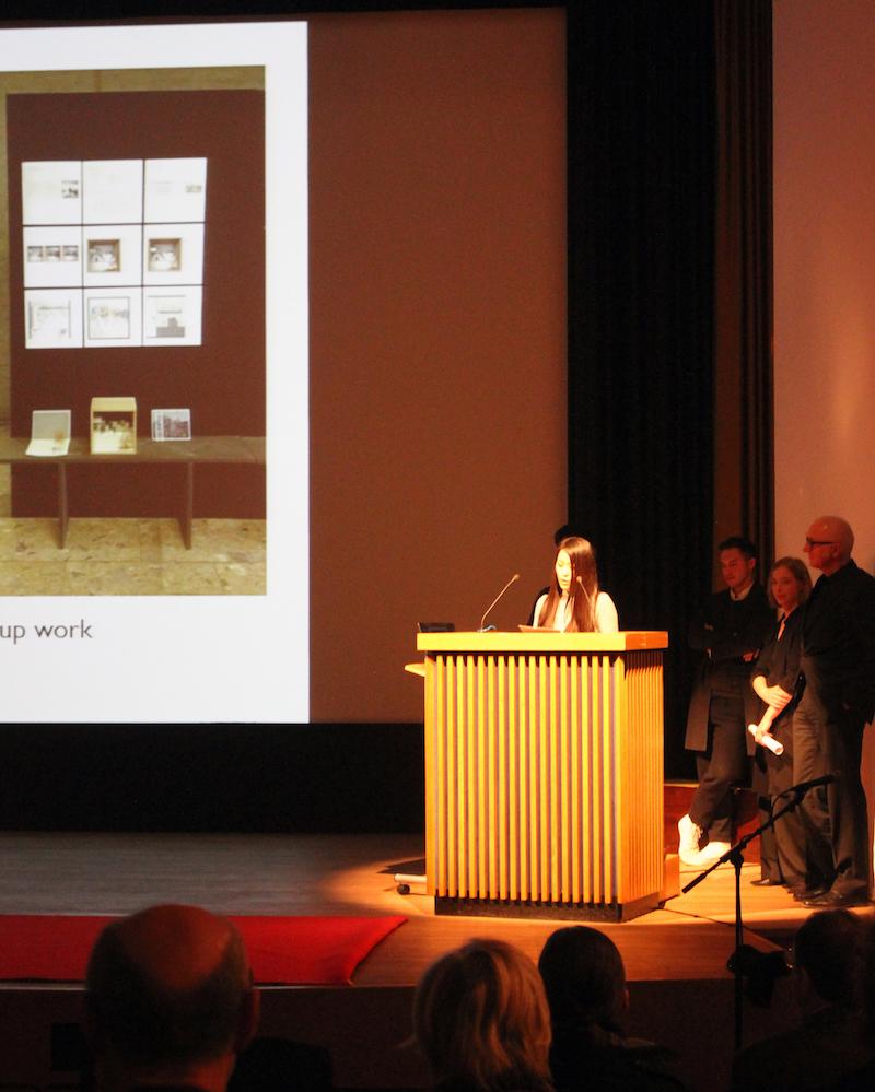 Die japanische Yukiko Shiraiwa von Kyoto Insitute of Technology am Podium des Saals am Japanischen Kulturinstitut