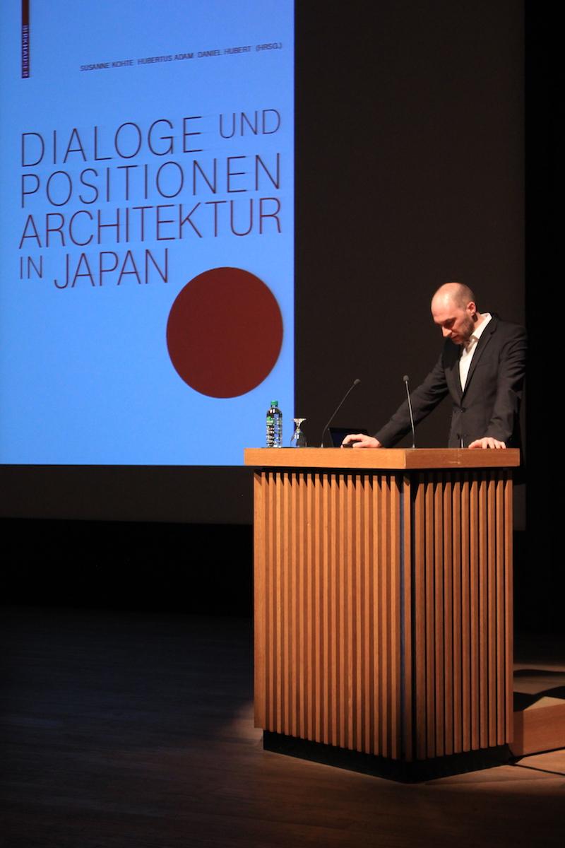 Daniel Hubert auf der Bühne des Japanischen Kulturinstituts