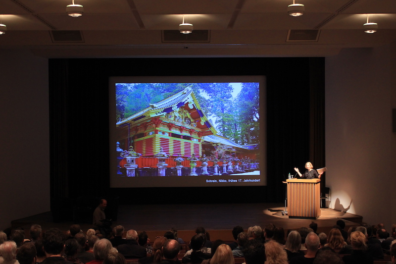 Professorin in Vertretung Susanne Kohte auf der Bühne im Japanischen Kulturinstitut
