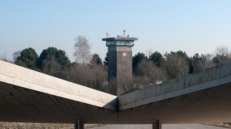 Blick auf einen Turm auf der Raketenstation der Museumsinsel Hombroich