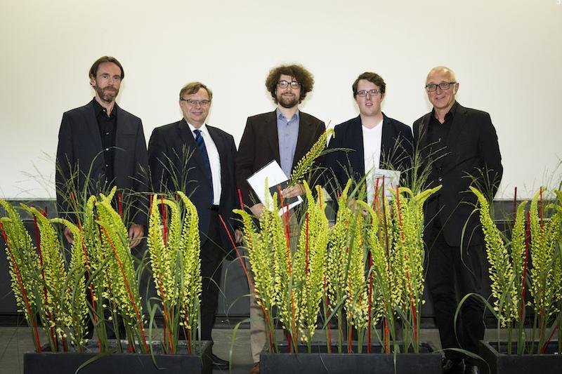 Die Master-Absolventen mit ihren Betreuern auf der Bühne des Karl-Schüssler-Saals