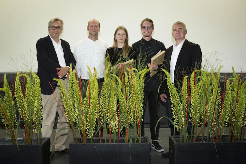 Die Preisträger der Auszeichnung mit den Jurymitgliedern auf der Bühne