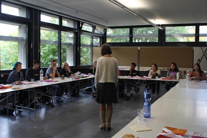 Lena Piontek hält einen Vortrag in einem Seminarraum