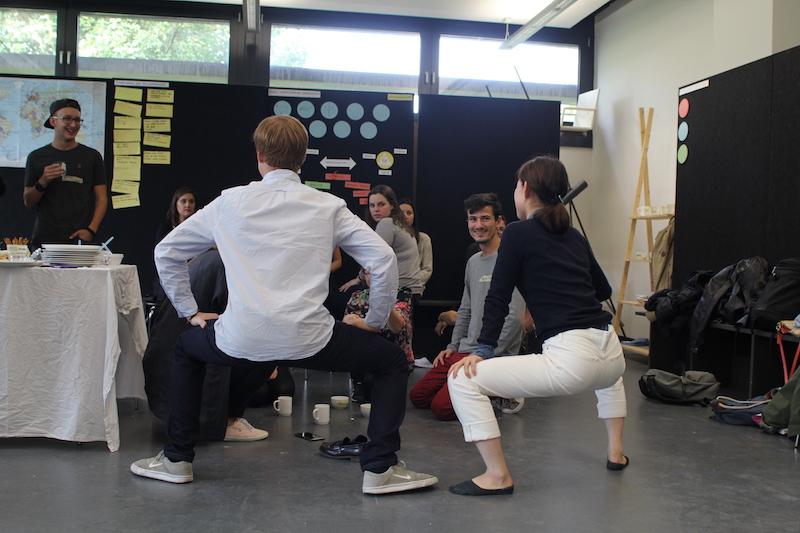 Austauschstudierende spielen ein Kennenlernspiel