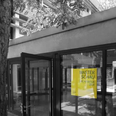 Innenhof mit Plakat der Masterschau2018