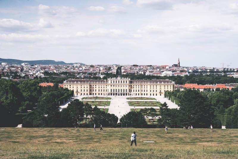 Blick auf Schloss und Park Schönbrunn in Wien