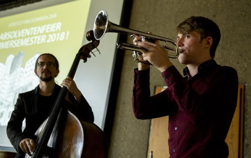Zwei Studenten der Hochschule für Musik und Tanz Köln beim Musizieren.