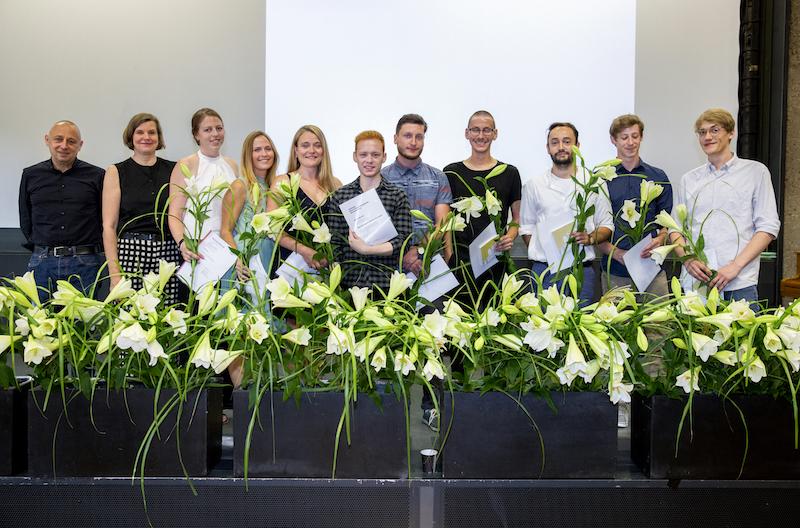 Gruppenbild der Bachelor-Absolventinnen und Absolventen Prof. Nikolaus Bielefeld und Prof. Carola Wiese