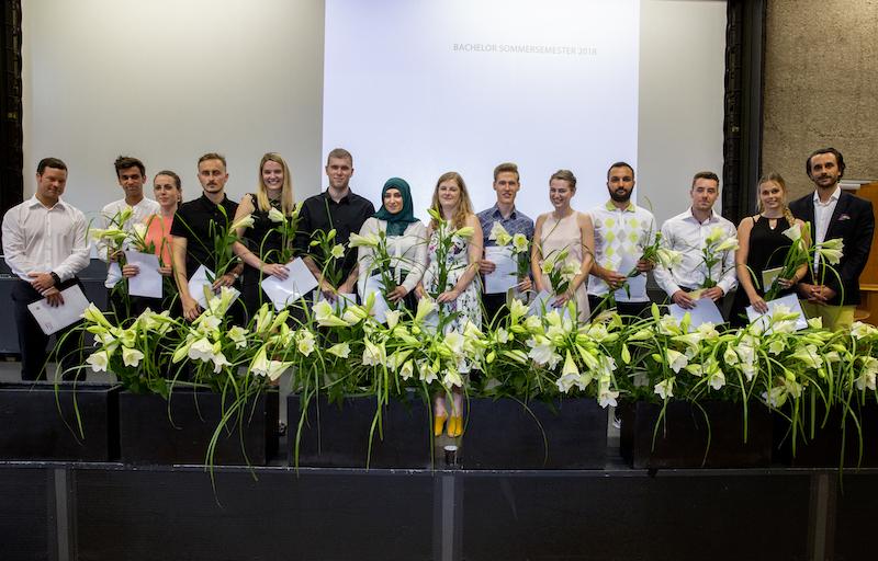 Gruppenbild der Bachelor-Absolventinnen und Absolventen: Gruppe von Prof. Rüdiger Kürzel und Prof. Fabian Storch