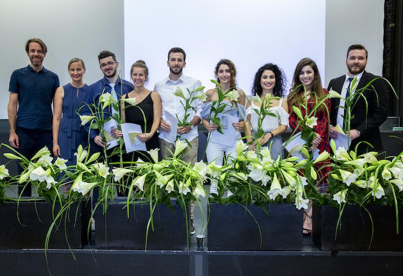 Gruppenbild der Bachelor-Absolventinnen und Absolventen: Gruppe von Prof. Marco Hemmerling und Prof. Dr. Nadine Zinser-Junghanns