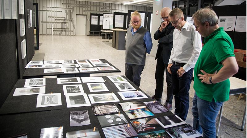 Die ausgewählte Fachjury beim Auswerten der Fotografien